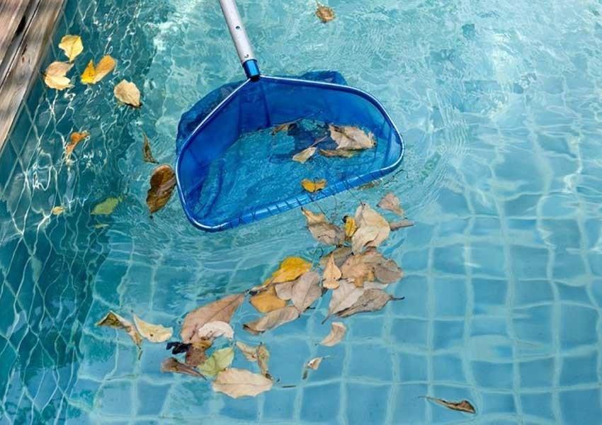 استفاده از توری برا تمیز کردن آب استخر